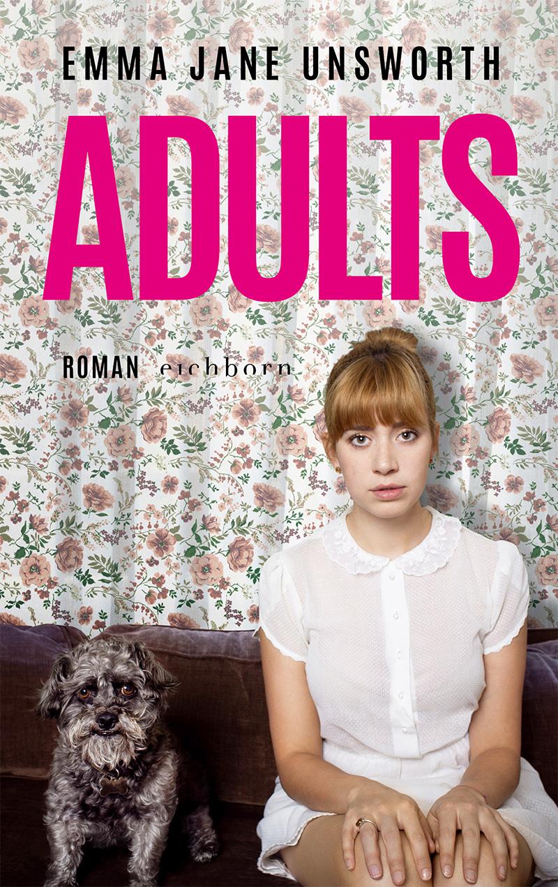 """Buchcover von """"Adults"""" von Emma Jane Unsworth. Junge Frau sitzt mit Hund auf einer Couch vor einem Blümchenvorhang"""