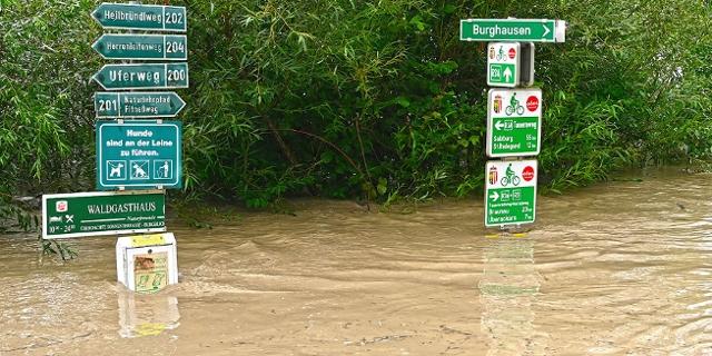 Hochwasser am Radweg. Starkregen hat in der Nacht auf Sonntag, 18. Juli 2021, u.a. im Raum Hochburg-Ach zu Hochwasser, Überschwemmungen und Vermurungen geführt.