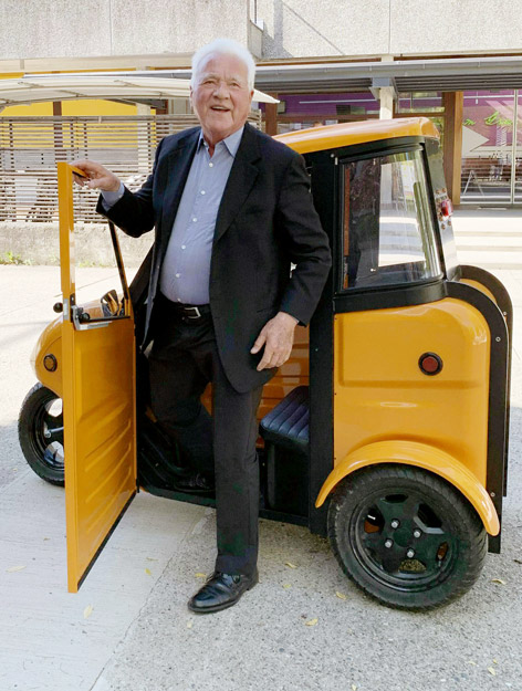 Frank Stronach steigt aus einem E-Auto