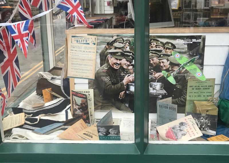 Auslage mit Kriegsandenken in einem Schaufenster in Hay-on-Wye