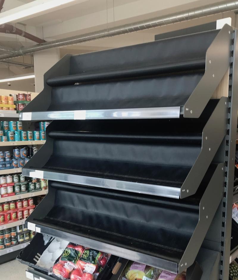 Leeres Supermarktregal, wo Bananen sein sollten