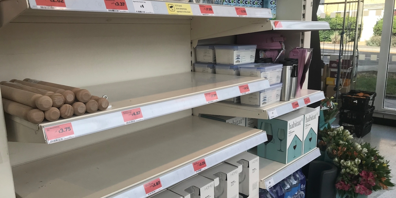 Weiteres leeres Supermarktregal