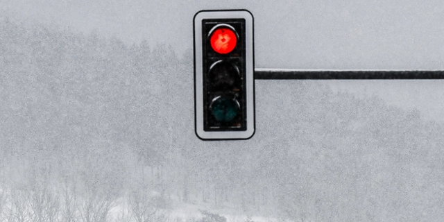 Rote Ampel im Schnee