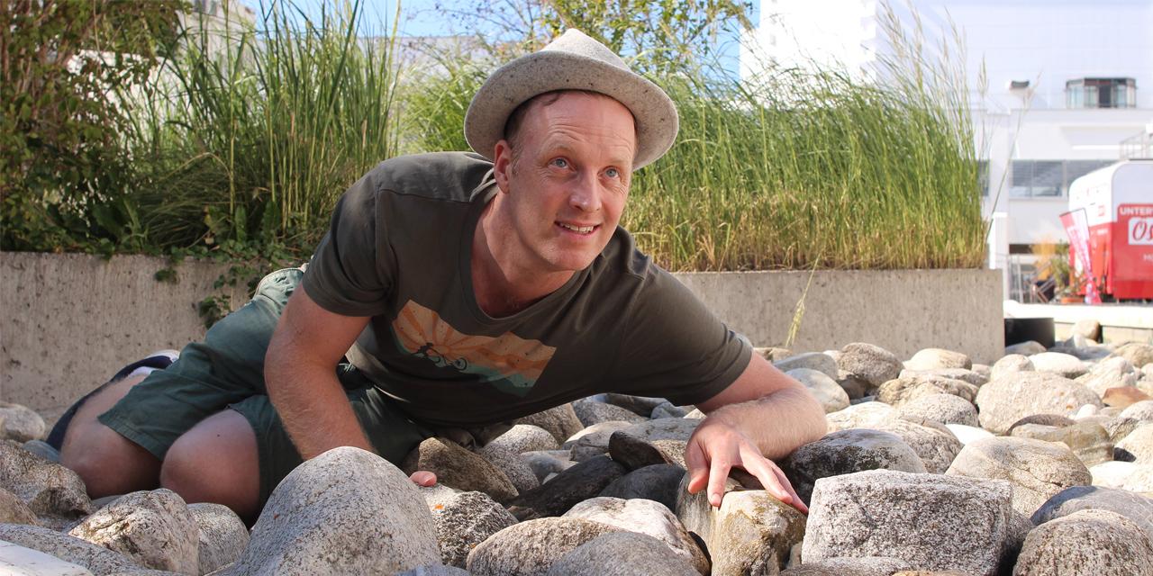 Chris Cummins robbt über Steine