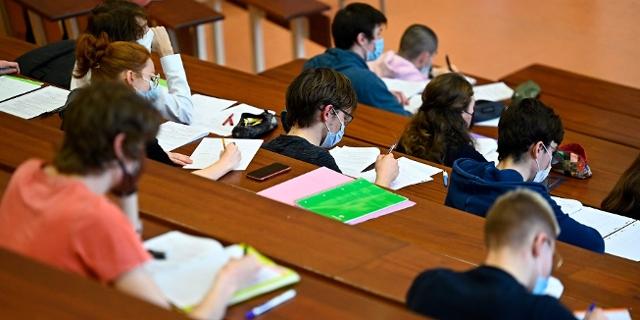Studierende mit MNS im Hörsaal