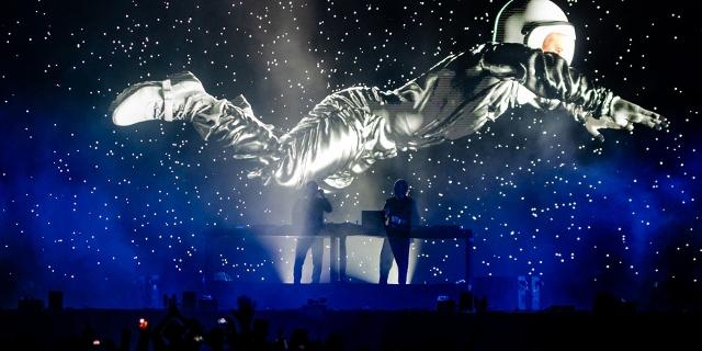 Kruder und Dorfmeister auf der Bühne, im Hintergrund die Projektion eines Menschen im Weltraum