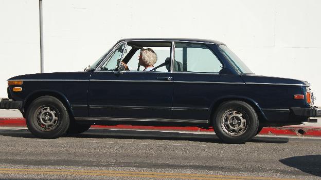 Seniorin in Auto