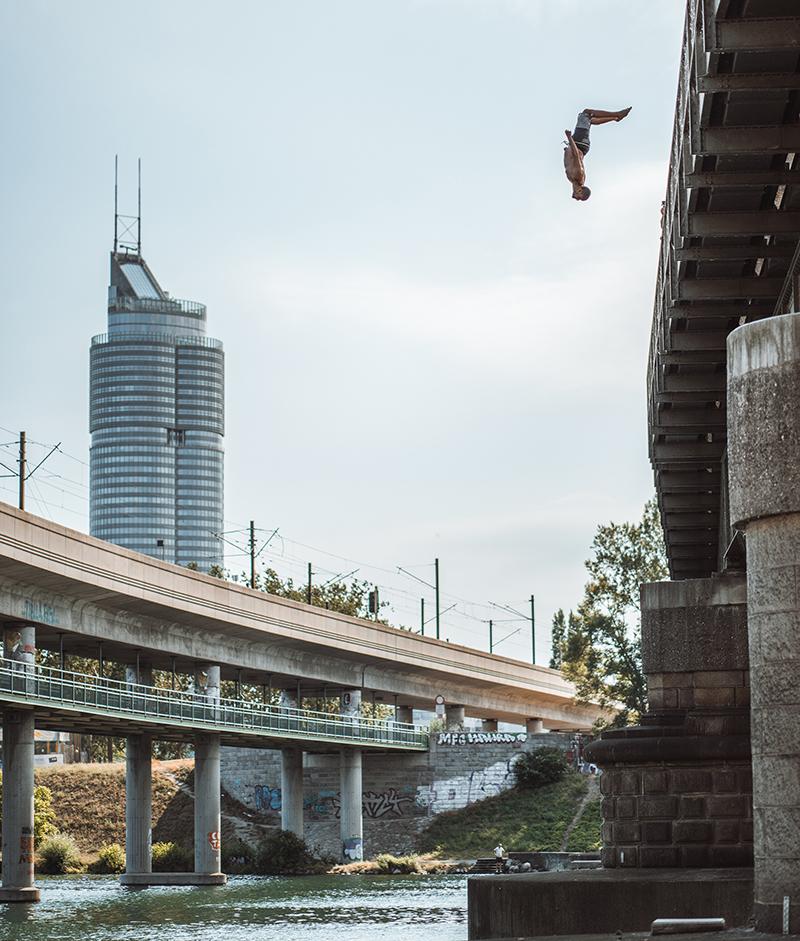Sayd Ali springt von einer Brücke in Wien in die Neue Donau