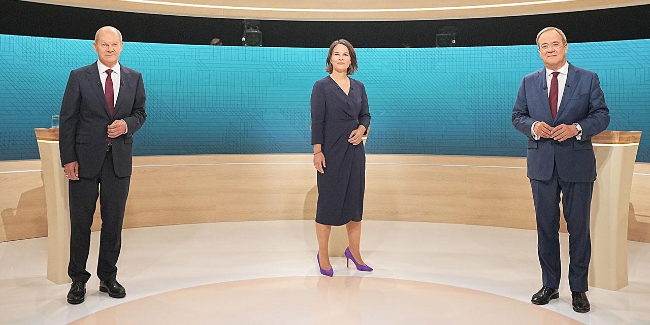 Olaf Scholz (SPD, l-r), Annalena Baerbock (Bündnis90/Die Grünen) und Armin Laschet (CDU) stehen im Fernsehstudio.