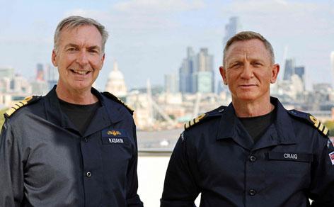 Ehren-Commander Daniel Craig und Admiral Sir Tony Radakin KCB ADC