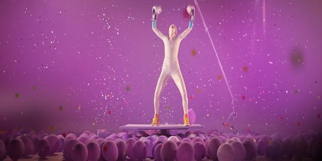 Person in weißem Latex-Anzug mit Boxhandschuhen in Siegerpose