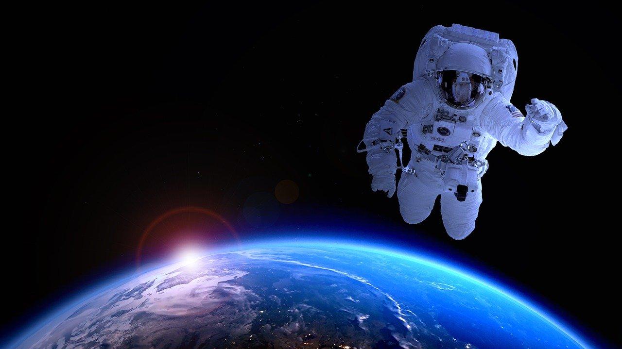 Astronaut im All mit Erde im Hintergrund