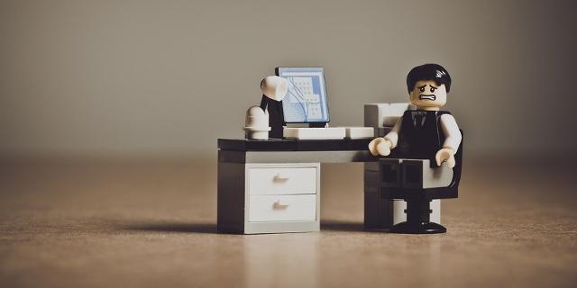 Lego-Beamter am Schreibtisch