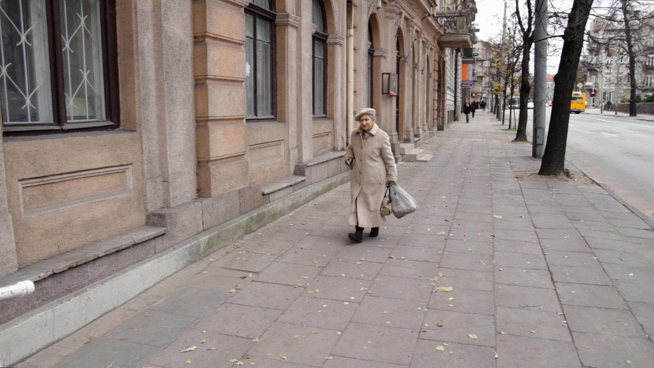 """Die ältere Dame Fania Yocheles-Brantsovskaya geht eine Straße in Vilnius entlang. Aus der Dokumentation """"Liza ruft!""""."""