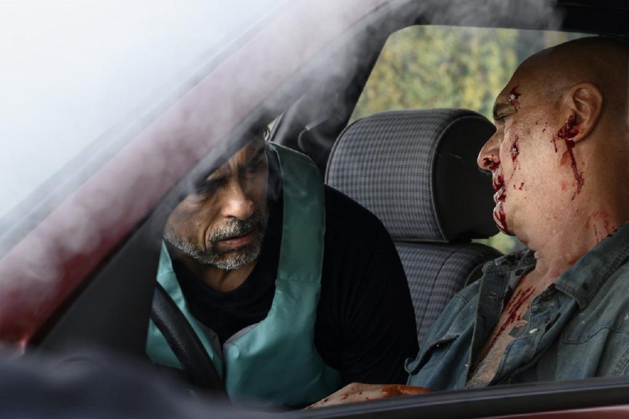 """Alessandro Gassmann spielt einen Chirurgen, der zu einem Autounfall kommt und erste Hilfe leisten will, als er die Hakenkreuz-Tätowierung des Unfallopfers sieht. Szene aus """"Non Oidare""""."""