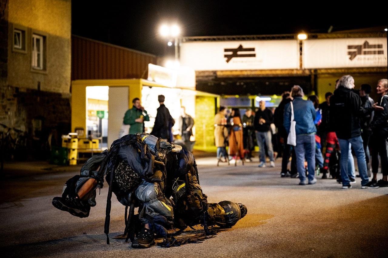 Irritative Soloperformance vor den Messehallen von Ingri Fiksdal beim Donaufestival 2021