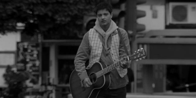 Mavi spielt Gitarre