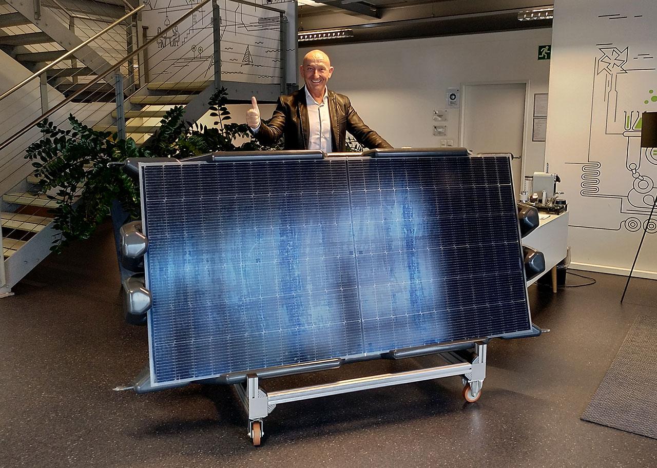 Gerold Guger vor einem Prototyp seines Solar Floaters, einer schwimmenden Photovoltaikeinheit