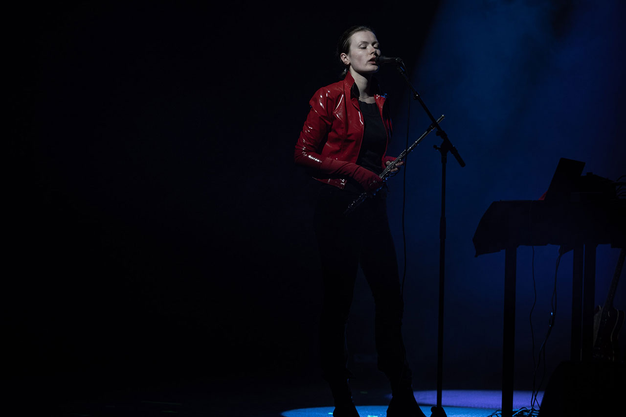 Rosa Anschütz beim Donaufestival am Mikro und mit Querflöte