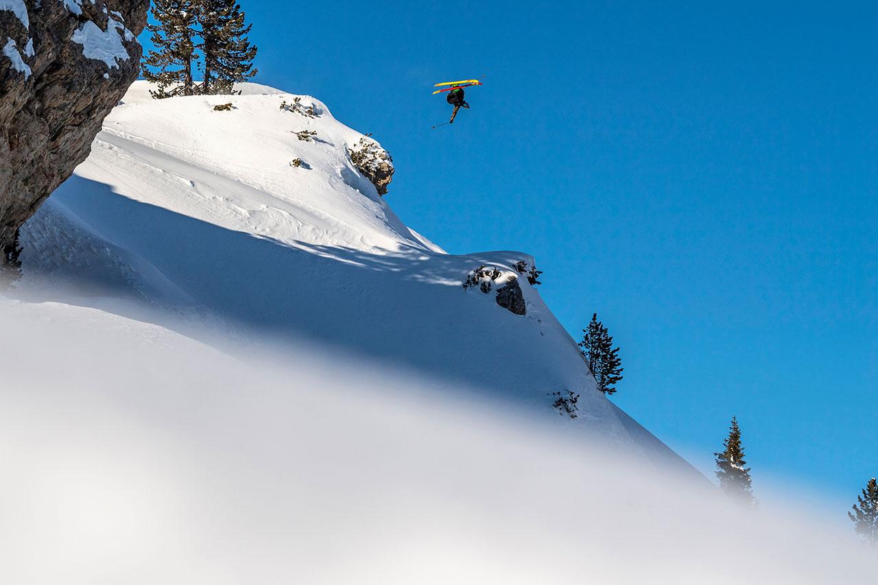 Skifahrer fliegt durch die Luft