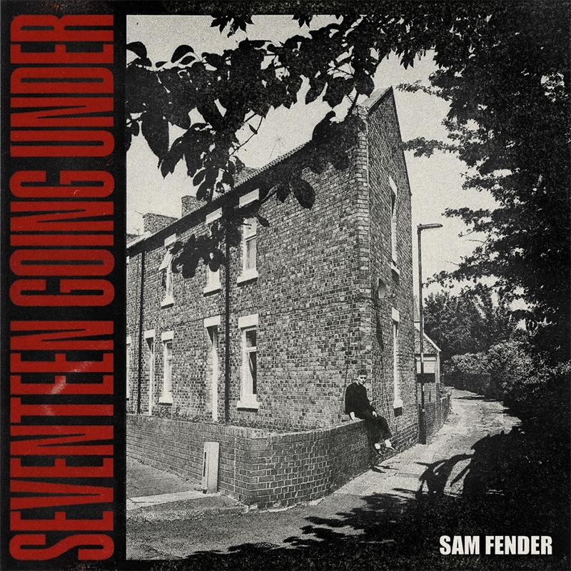 Sam Fender auf dem Albumcover, er sitzt auf einer Mauer vor einerm Backsteinhaus