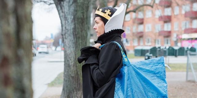 Liv Strömquist mit Krone und Ikea-Tasche